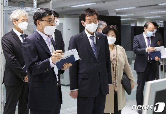[사진] 국가정보자원관리원 찾은 진영 행안부 장관