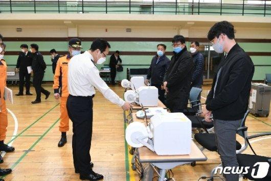 [사진] 사전투표소 방문한 정문호 소방청장