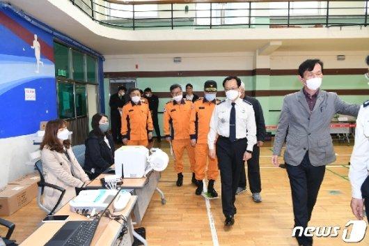 [사진] 정문호 소방청장, 사전투표소 점검