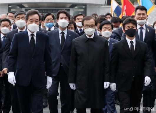 [사진]현충탑 참배 마친 민주당-시민당