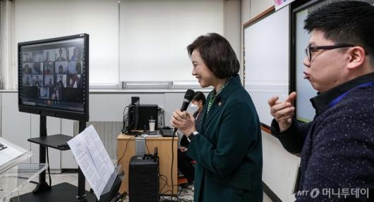 [사진]학생들과 인사 나누는 유은혜 부총리