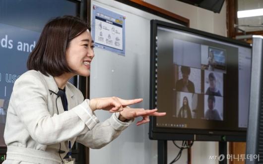 [사진]학생들과 수화하는  교사