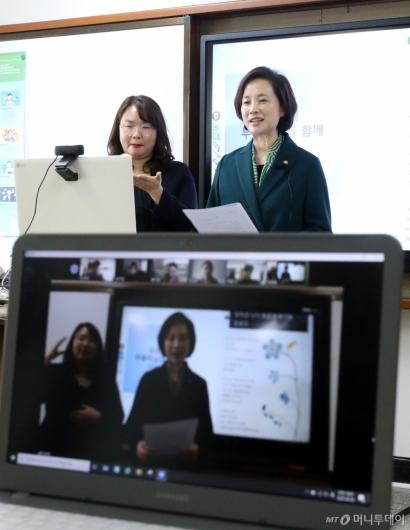 [사진]온라인으로 학생들과 인사 나누는 유은혜