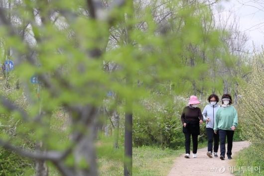 [사진]완화된 사회적 거리두기 속 산책하는 시민들