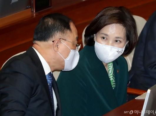 [사진]대화하는 홍남기-유은혜 부총리