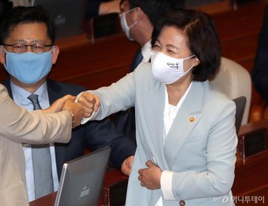 [사진]의원들과 인사 나누는 추미애 장관