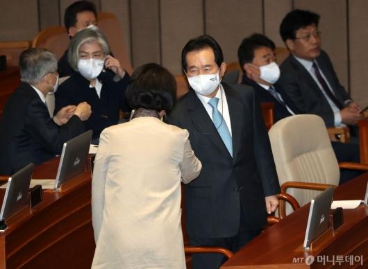 [사진]의원들과 인사 나누는 정세균 총리