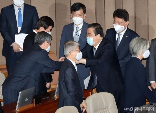 [사진]장관들과 인사 나누는 문희상 의장