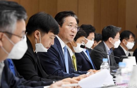 [사진]포스트 코로나 관련 발언하는 성윤모 장관