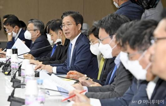 [사진]성윤모 장관, 포스트 코로나 산업전략 대화