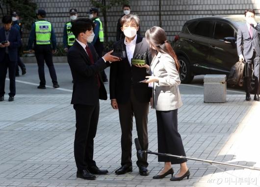 [사진]법원 포토라인 선 조국 전 장관