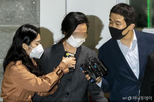 [사진]취재진에게 질문받는 정경심 교수