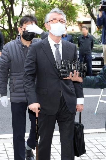[사진]문은상 대표, '미공개 정보 주식거래 혐의' 법원 출석