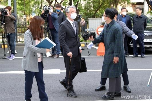 [사진]법정 향하는 문은상 신라젠 대표