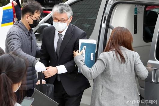 [사진]법원 출석하는 문은상 대표