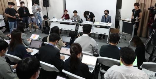 [사진]고개 숙여 인사하는 이나영 이사장