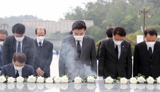 [사진]5·18민주묘지 참배하는 한국당