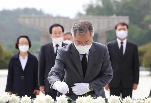 [사진]5·18민주묘지 참배하는 최강욱