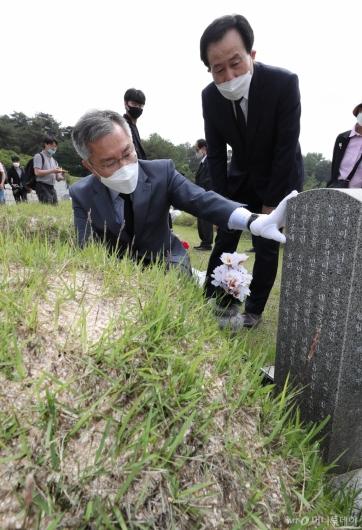 [사진]5·18민주묘지 살피는 최강욱