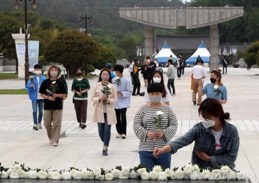 [사진]5·18 민주화운동 40주년 추모하는 시민들