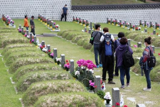 [사진]5·18민주묘지에 이어지는 추모객 발걸음