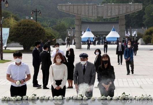 [사진]참배하는 추모객들