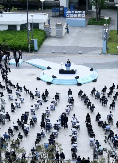 [사진]기념사 전하는 문 대통령