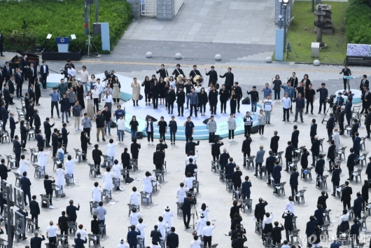 [사진]임을 위한 행진곡 제창