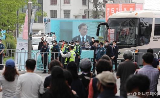 [사진]대통령 기념사 경청하는 광주 시민들