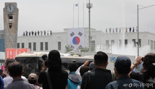 [사진]5·18 기념식 찾은 광주시민들