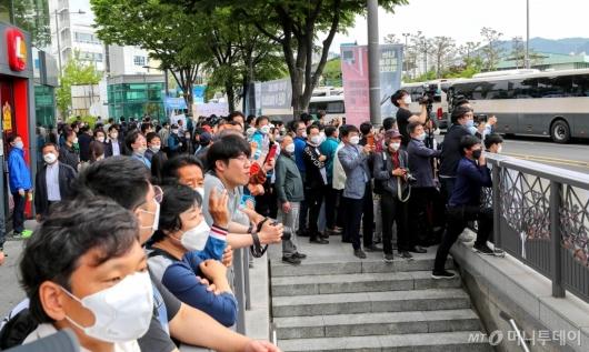 [사진]문 대통령 기념사 경청하는 시민들
