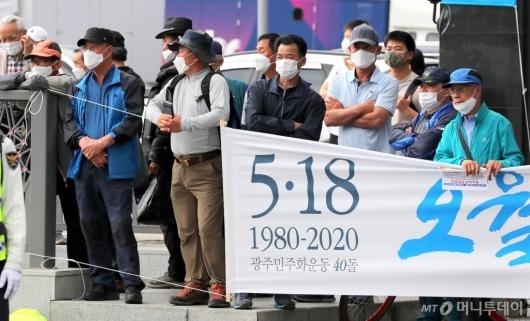 [사진]文 대통령 기념사 경청하는 시민들