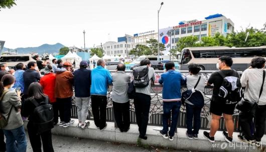 [사진]문재인 대통령 기념사 경청하는 광주시민들