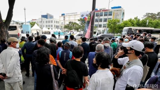 [사진]대통령 기념사 듣는 광주시민들