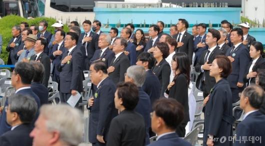 [사진]국민의례하는 문재인 대통령