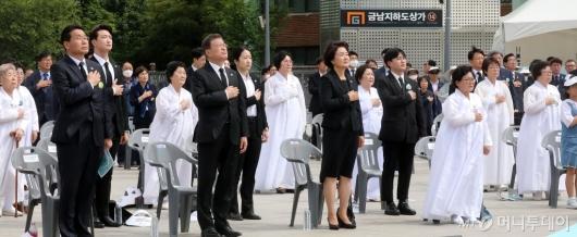 [사진]국민의례하는 문재인 대통령 내외