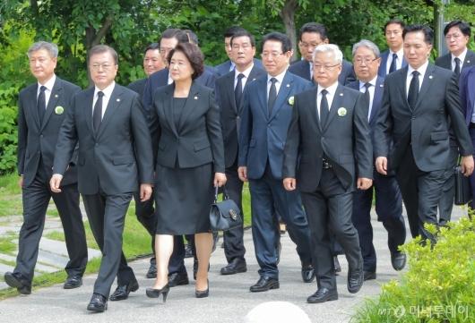 [사진]5·18 기념식 참석하는 문 대통령 내외
