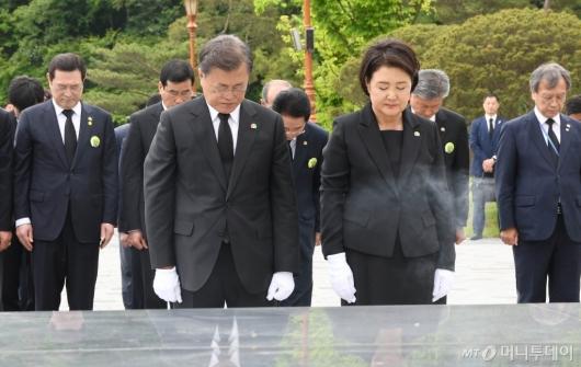[사진]묵념하는 문재인 대통령 내외