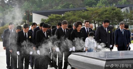 [사진]5·18 민주묘지 추모탑 참배하는 문 대통령