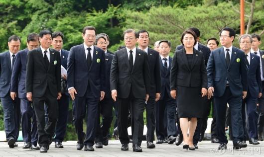 [사진]유족 위로하는 문재인 대통령