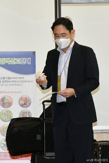 [사진]니트릴 장갑 착용하는 이재용 부회장