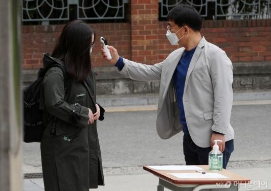 [사진]등교 전 발열검사하는 학생