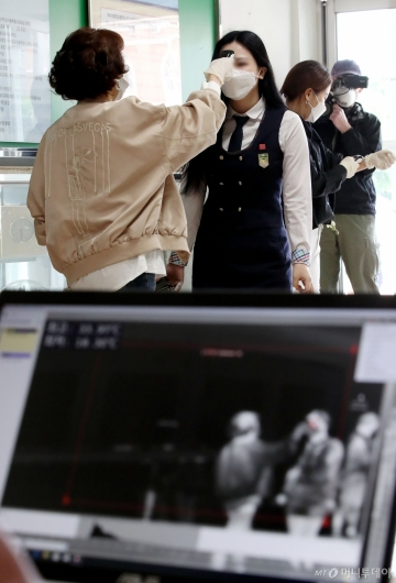 [사진]2차 발열검사하는 학생들