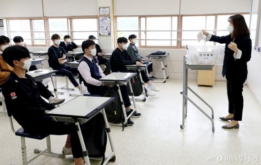[사진]등교개학, 교실에서 만난 선생님과 학생들