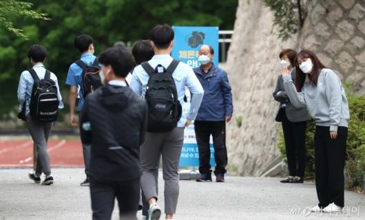 [사진]'반가운 학생들'