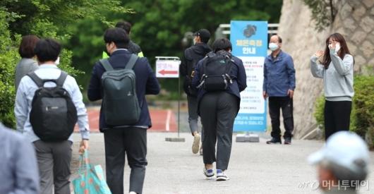 [사진]학생들 향해 인사하는 선생님