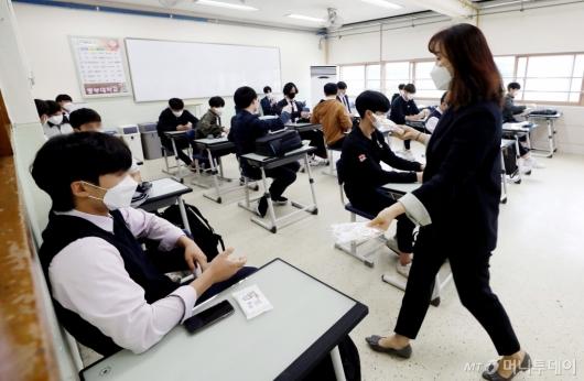 [사진]개인 방역물품 받는 학생들