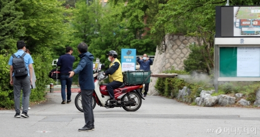 [사진]방역 속 등교하는 고3 학생들