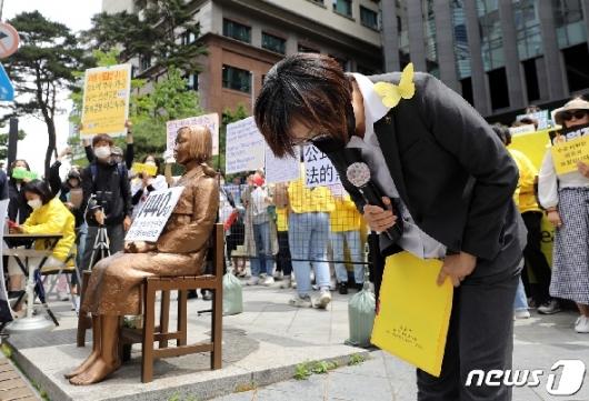 [사진] 이나영 이사장 '정의기억연대 입장문 발표 마치고'