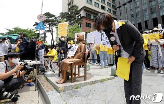 [사진] 인사하는 이나영 이사장